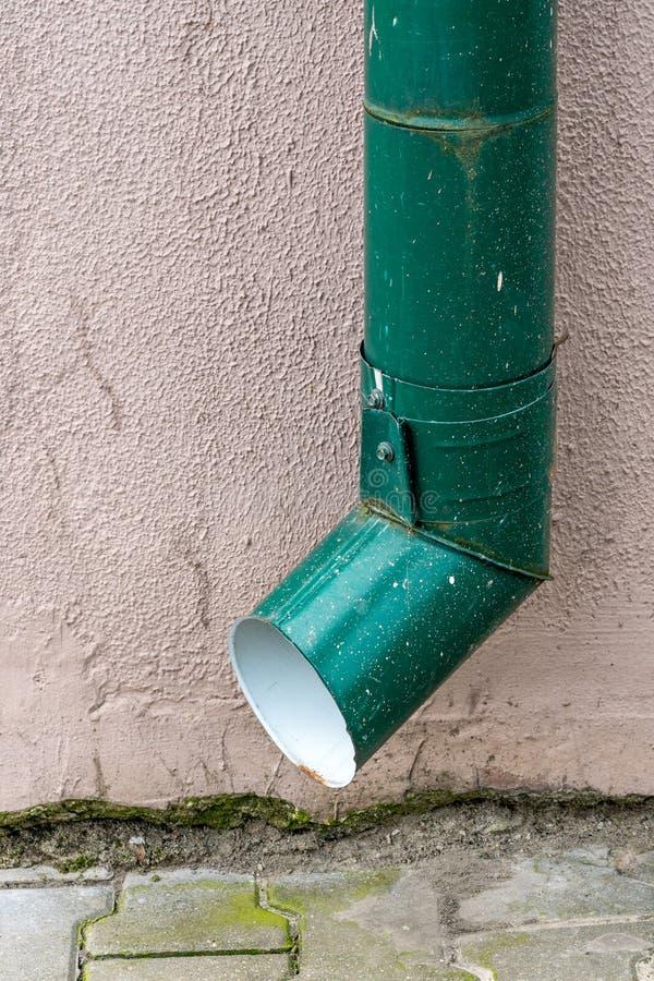 Telhe a tubulação de dreno do downspout da calha na casa da fachada fotos de stock royalty free