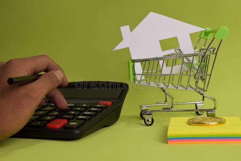 Tellende huisprijs, de kosten van de huisverzekering, eigenschapswaarde of huur op papier royalty-vrije stock foto