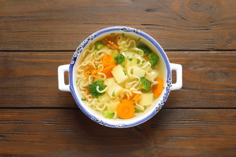 Teller der frischen selbst gemachten Gemüsesuppe auf hölzernem Hintergrund, Spitzen lizenzfreies stockfoto