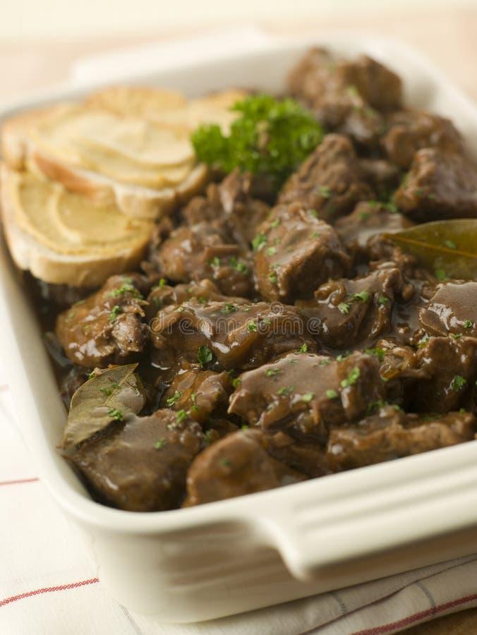 Teller der Rindfleisch-Carbonnade mit Senf-Crouton lizenzfreie stockfotos