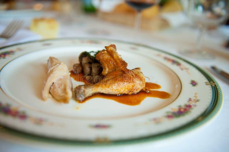 Teller des Huhns mit heißem Paprika souce und der Pilze stockbilder