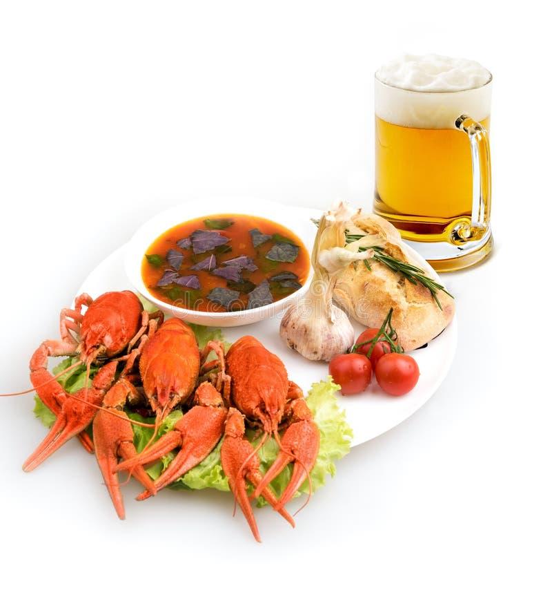 Teller gekochte Panzerkrebse, Suppe und Bier stockbilder