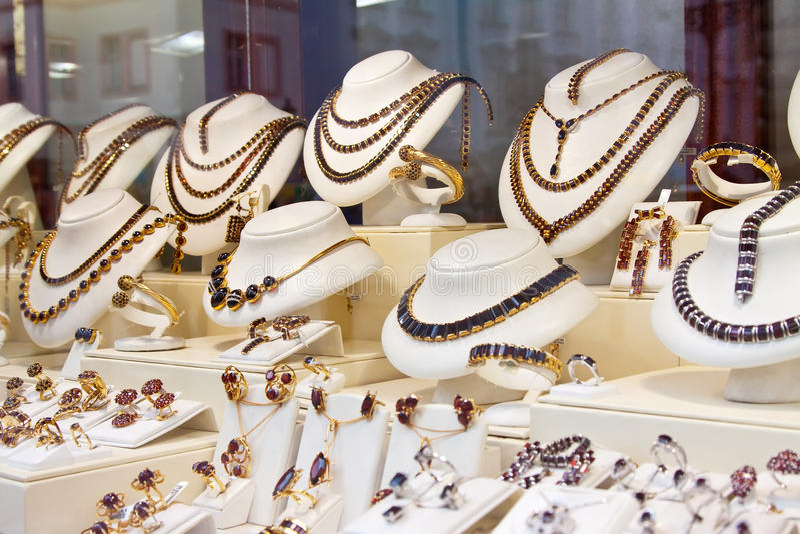 Teller met juwelen stock foto