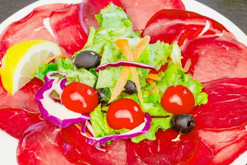 Teller mit bersaola und Mischsalat lizenzfreies stockfoto