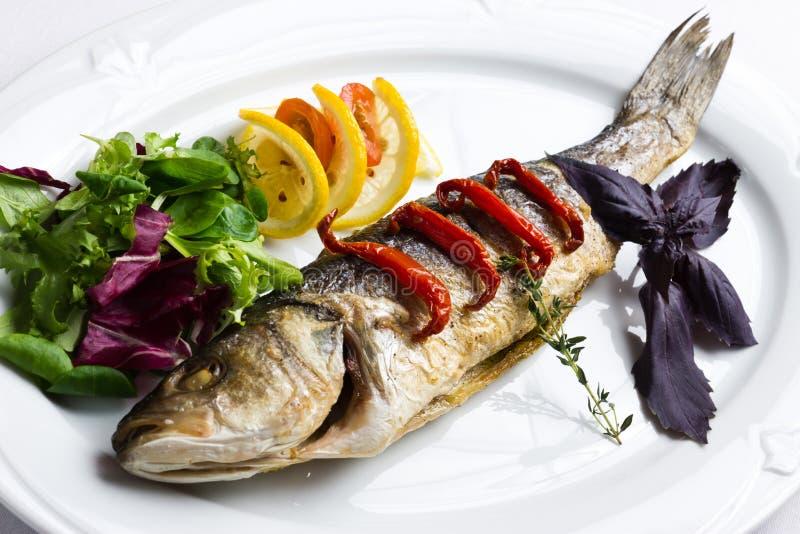 Teller mit den gebackenen Fischen lizenzfreie stockfotografie