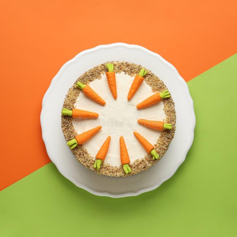 Teller mit geschmackvollem Karottenkuchen auf Farbhintergrund lizenzfreie stockfotografie