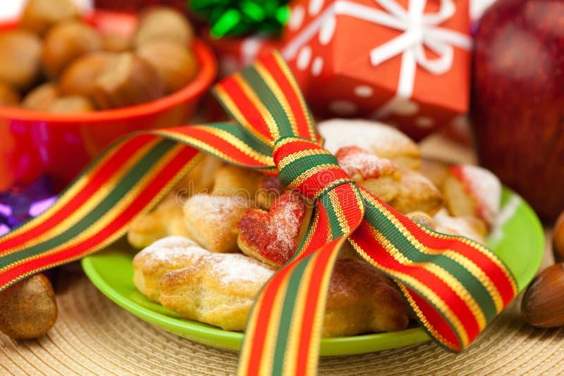 Teller, Plätzchen, Geschenke und Weihnachtskugeln stockbild