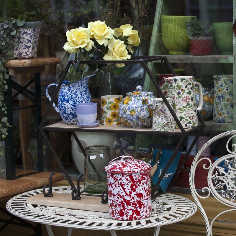 Elegant Download Teller Und Ein Vase Blumen Im Fenster Des Baumarkts, In Dem Sie  Verschiedene Gemütliche