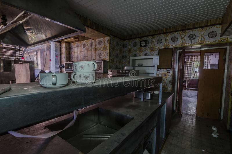 Teller und Geräte in einer Hotelküche stockfotografie