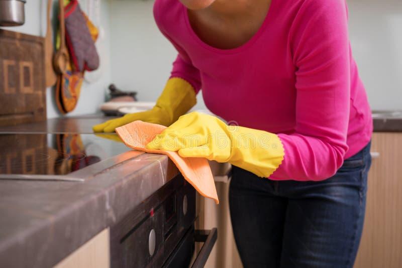 Teller van de persoons de schoonmakende keuken stock fotografie