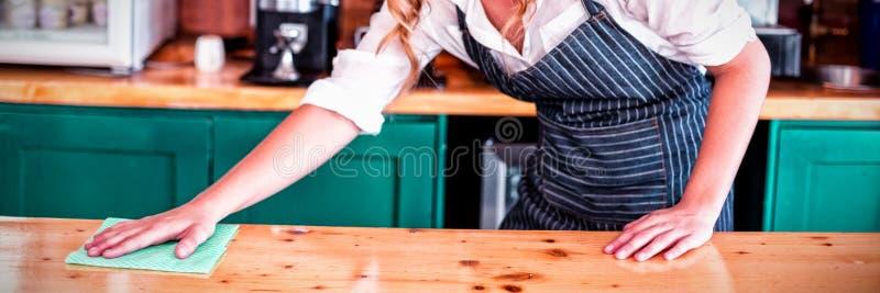 Teller van de serveerster de schoonmakende koffie royalty-vrije stock afbeeldingen