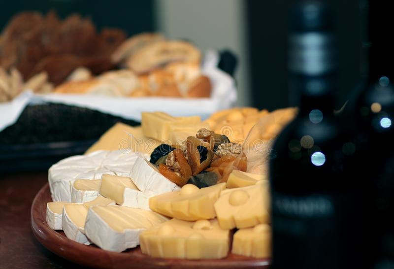 Teller von verschiedenen Käsen lizenzfreie stockfotos
