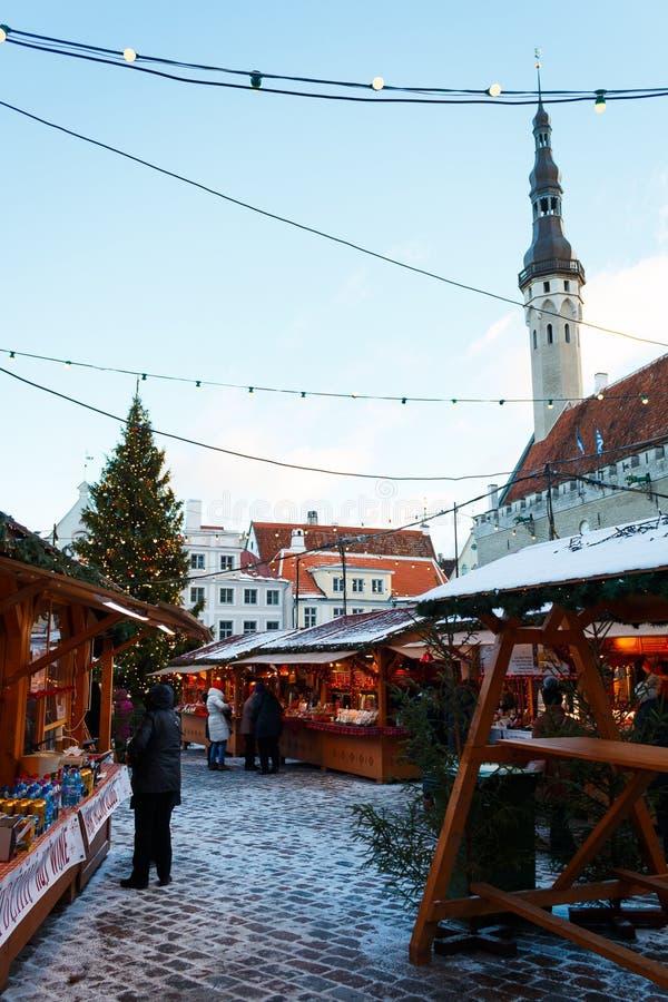 Tellers bij de Kerstmismarkt bij Oud Stadsvierkant stock afbeeldingen