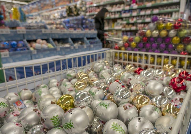 Tellers met Kerstmisdecoratie in de opslag royalty-vrije stock foto's