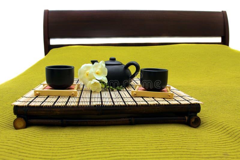 Tellersegment mit Frühstück auf einem Bett in einem Hotelzimmer lizenzfreies stockbild