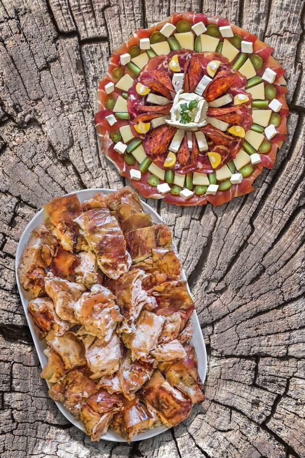Tellervoll von köstlichem spucken frisch die gebratenen Schweinefleisch-Scheiben, die auf alten Bambus-Mat Rustic Background eing stockfotografie