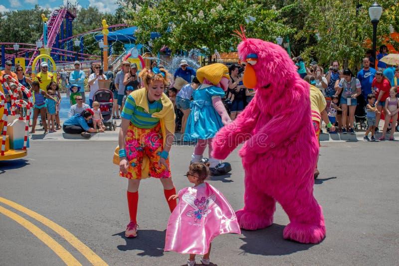 Telly Monster, Tänzer Frau und kleines Mädchen, die in der Sesame Street-Partei-Parade bei Seaworld 4 spielen lizenzfreies stockfoto
