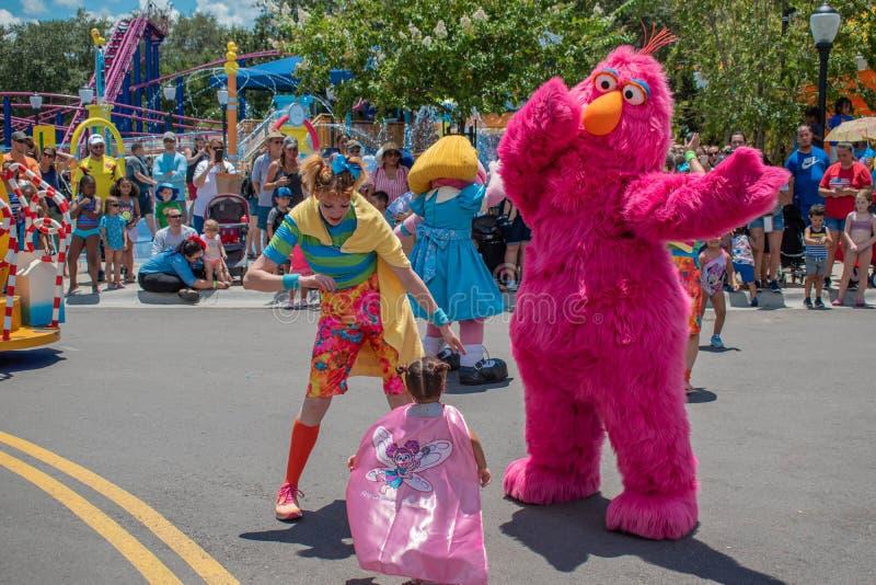 Telly Monster, Tänzer Frau und kleines Mädchen, die in der Sesame Street-Partei-Parade bei Seaworld 2 spielen lizenzfreies stockbild