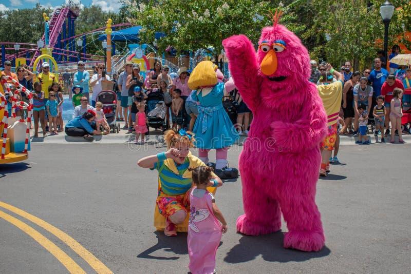 Telly Monster, Tänzer Frau und kleines Mädchen, die in der Sesame Street-Partei-Parade bei Seaworld 1 spielen stockfotografie