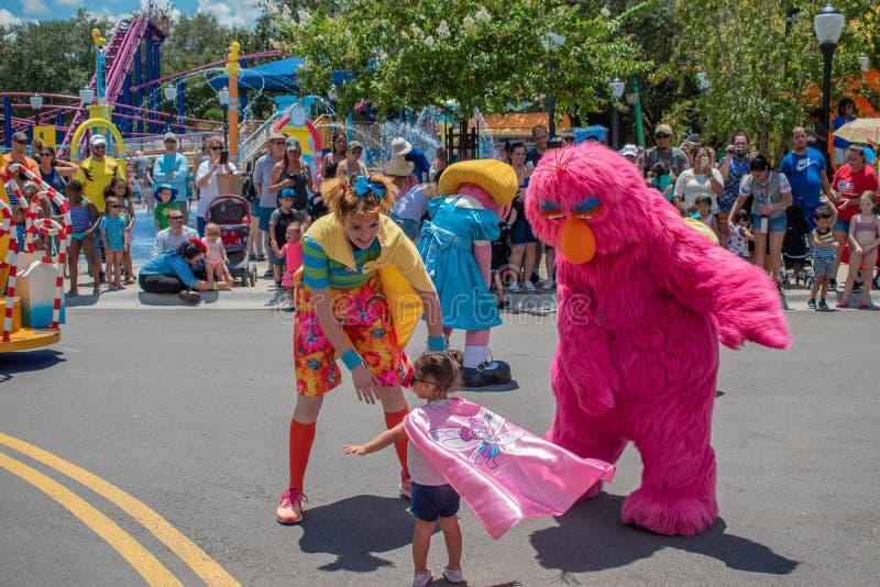 Telly Monster, Tänzer Frau und kleines Mädchen, die in der Sesame Street-Partei-Parade bei Seaworld 3 spielen lizenzfreie stockbilder