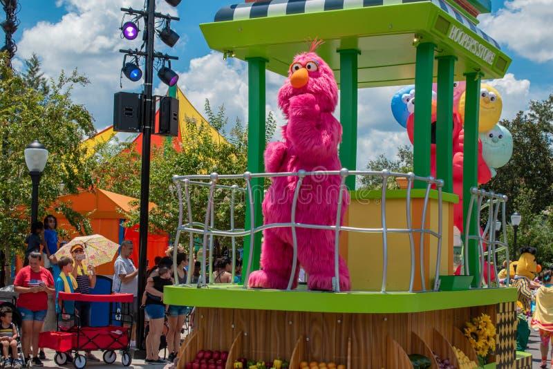 Telly Monter in der Sesame Street-Partei-Parade bei Seaworld stockbild