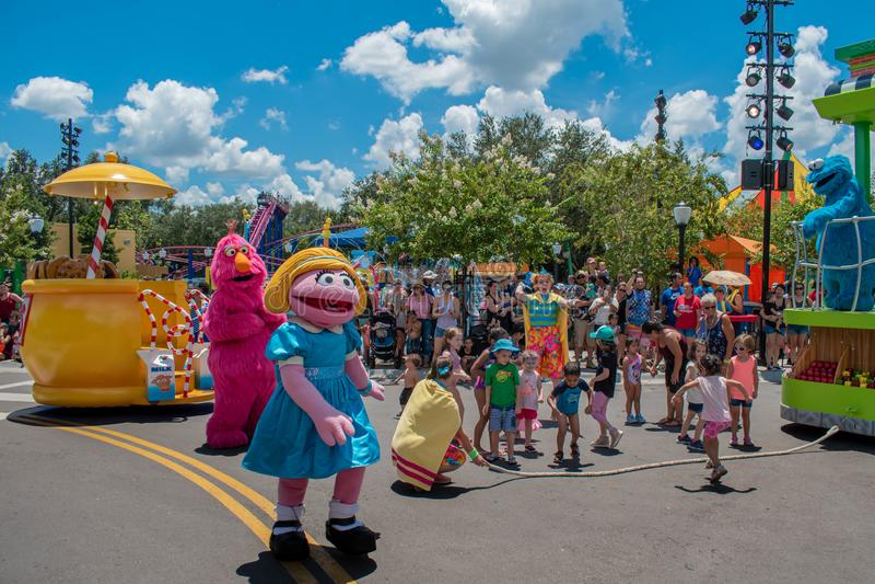 Tellymonstret, Abby Cadabby och dansarekvinnan som spelar med barn i Sesame Streetparti, ståtar på Seaworld 1 royaltyfria bilder