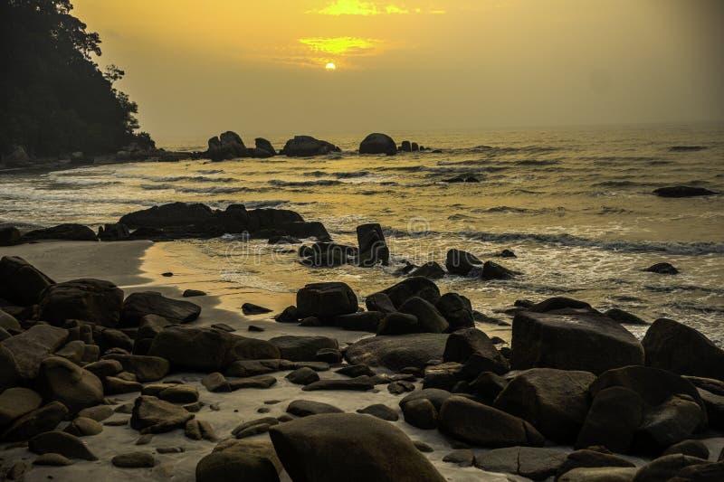 Telok Chempedak, Kuantan, Pahang, Malesia, spiaggia, alba immagine stock libera da diritti