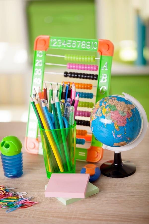 Telraam, bol, boeken en potloden op lijst, terug naar s stock afbeeldingen