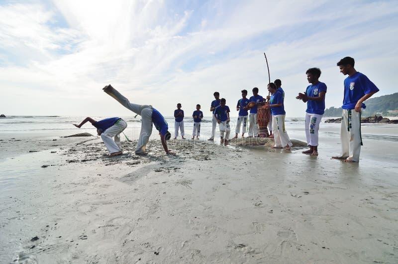 TELUK CEMPEDAK海滩,关丹,彭亨2013年5月1日-在Teluk Cempedak海滩,关丹,彭亨的真正的capoeira表现 库存照片