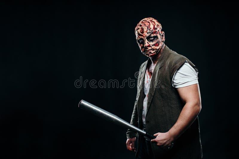 Tema assustador do Dia das Bruxas e composição do Dia das Bruxas: homem assustador com um departamento foto de stock