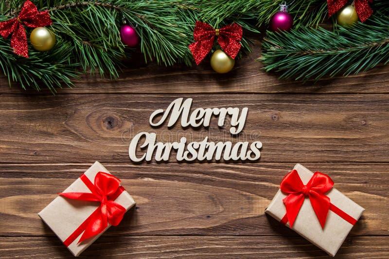 Tema bonito do Feliz Natal com as duas caixas de presente luxuosos no fundo de madeira imagem de stock royalty free