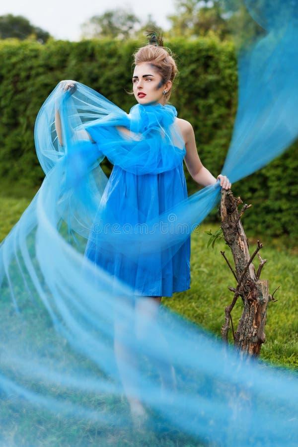 Tema criativo da composição e da beleza: modelo bonito da menina com composição da fantasia na cara em um vestido transparente co imagem de stock royalty free