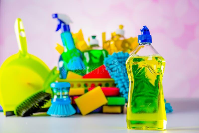 Tema da limpeza com material da limpeza imagem de stock