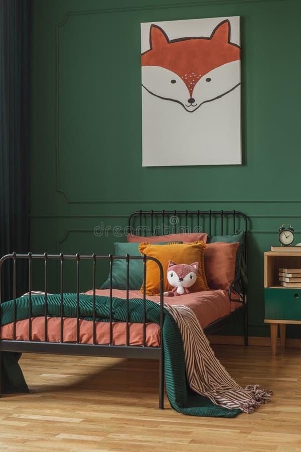 Tema da raposa em interiores fofinhos com parede verde e camas laranja imagem de stock royalty free