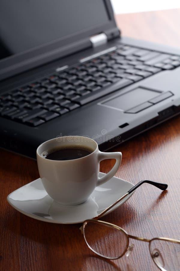Tema de Bussiness con la computadora portátil y el café foto de archivo libre de regalías