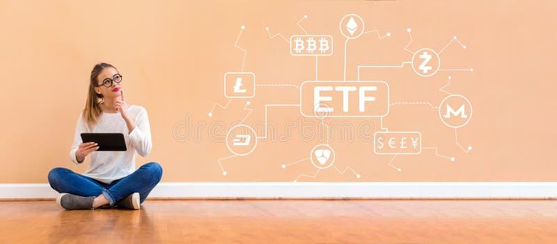 Tema de Cryptocurrency ETF com a mulher que usa uma tabuleta fotografia de stock