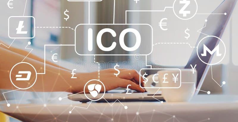 Tema de Cryptocurrency ICO com a mulher que usa um portátil fotos de stock