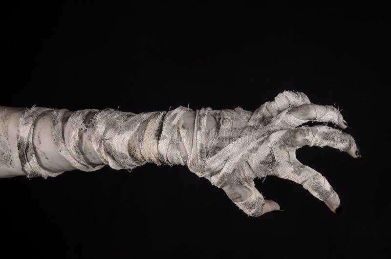 Tema de Dia das Bruxas: mãos velhas terríveis da mamã em um fundo preto imagens de stock