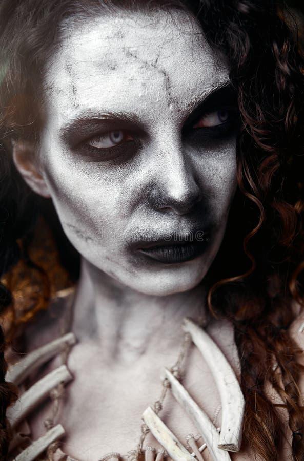 Tema de Halloween: espantosa bruja sullen voodoo. Retrato de cerca del mal hag. Mujer zombi muerta fotos de archivo libres de regalías