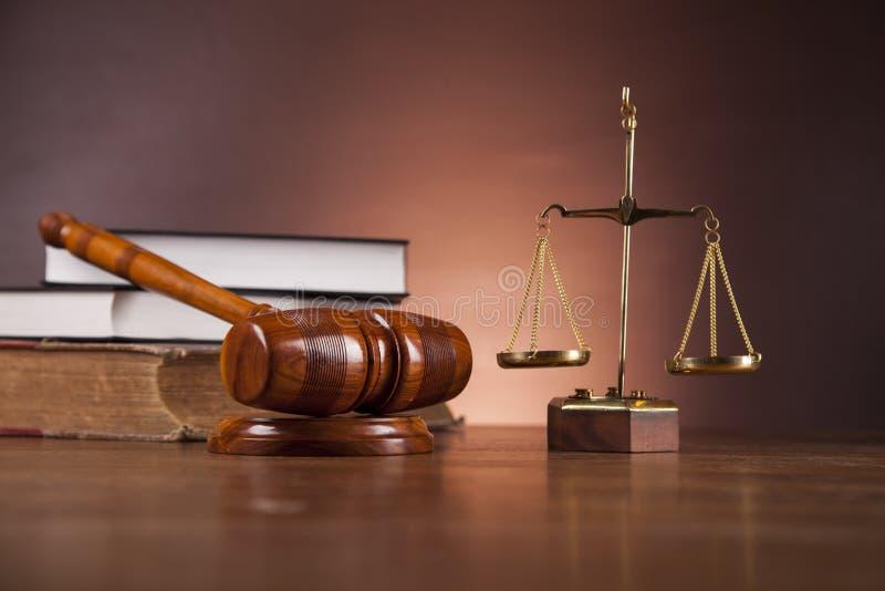 Tema de la ley y de la justicia con la luz ambiente imagenes de archivo