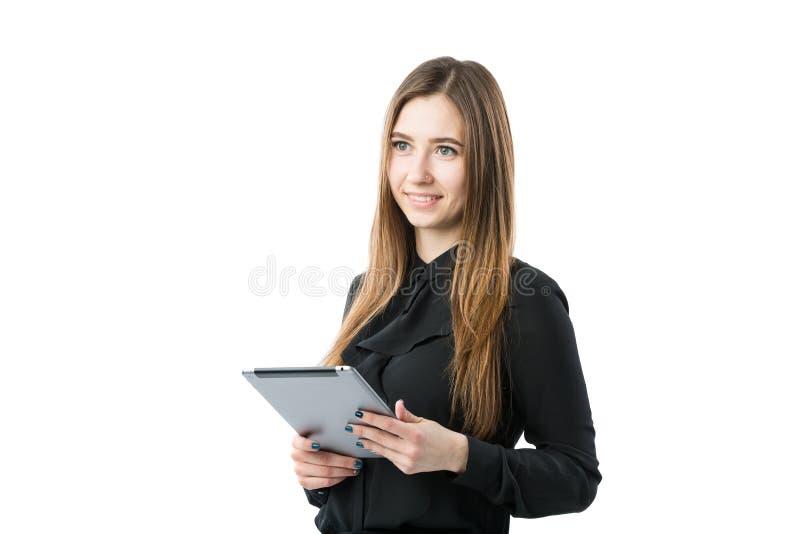 Tema de la tecnología del negocio de la mujer Mujer caucásica joven hermosa en la camisa negra que plantea la situación con las m imagen de archivo