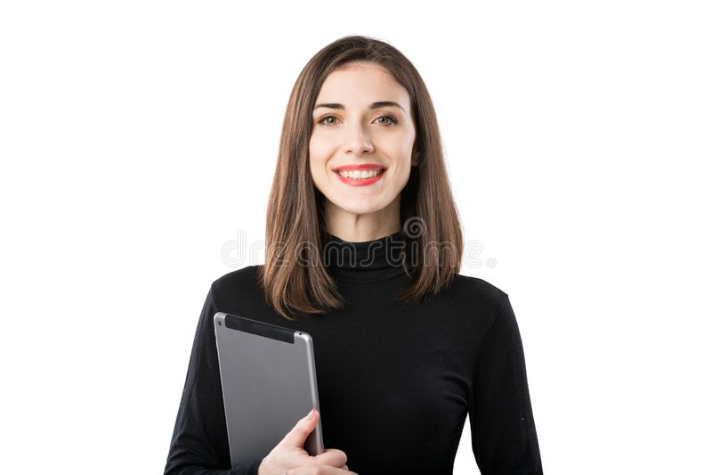 Tema de la tecnolog?a del negocio de la mujer Mujer cauc?sica joven hermosa en la camisa negra que plantea la situaci?n con las m foto de archivo libre de regalías