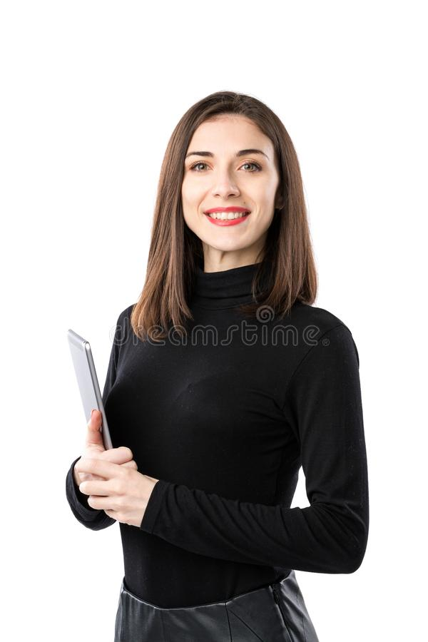 Tema de la tecnolog?a del negocio de la mujer Mujer cauc?sica joven hermosa en la camisa negra que plantea la situaci?n con las m foto de archivo