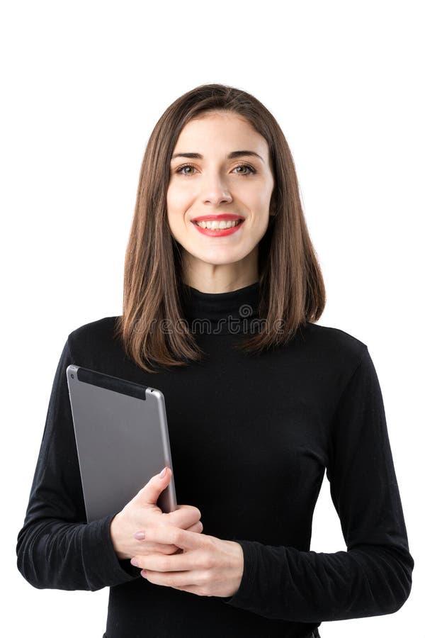 Tema de la tecnolog?a del negocio de la mujer Mujer cauc?sica joven hermosa en la camisa negra que plantea la situaci?n con las m fotografía de archivo
