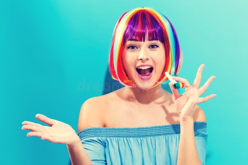 Tema del partido con la mujer en peluca colorida imágenes de archivo libres de regalías