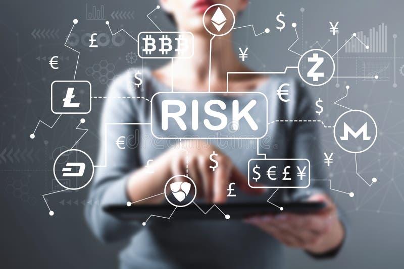 Tema del riesgo de Cryptocurrency con la mujer que usa una tableta imagen de archivo libre de regalías
