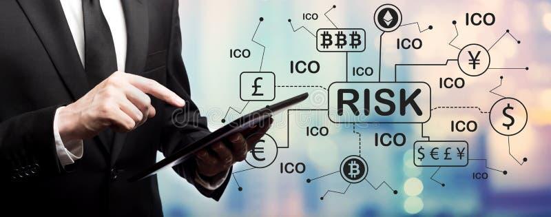 Tema del riesgo de Cryptocurrency ICO con el hombre de negocios foto de archivo