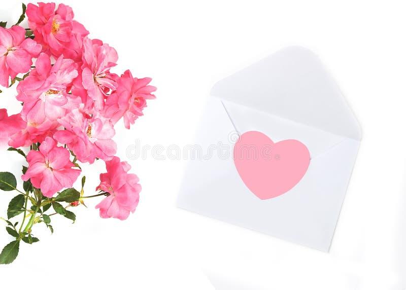 Tema di amore Apra la busta bianca per posta romantica e le belle rose rosa Concetto d'avanguardia per accogliere le donne fotografia stock