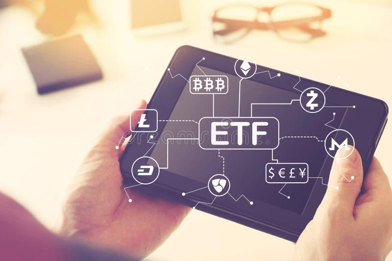 Tema di Cryptocurrency ETF con il computer della compressa della tenuta della persona immagine stock libera da diritti