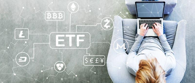 Tema di Cryptocurrency ETF con l'uomo che per mezzo di un computer portatile fotografie stock libere da diritti